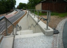 Treppe mit Holmgeländer Gel 3 als Absturzsicherung sowie Treppengeländer mit vollmassivem Rundrohrhandlauf ø114 und Treppenhandlauf an der S201 in Mittweida