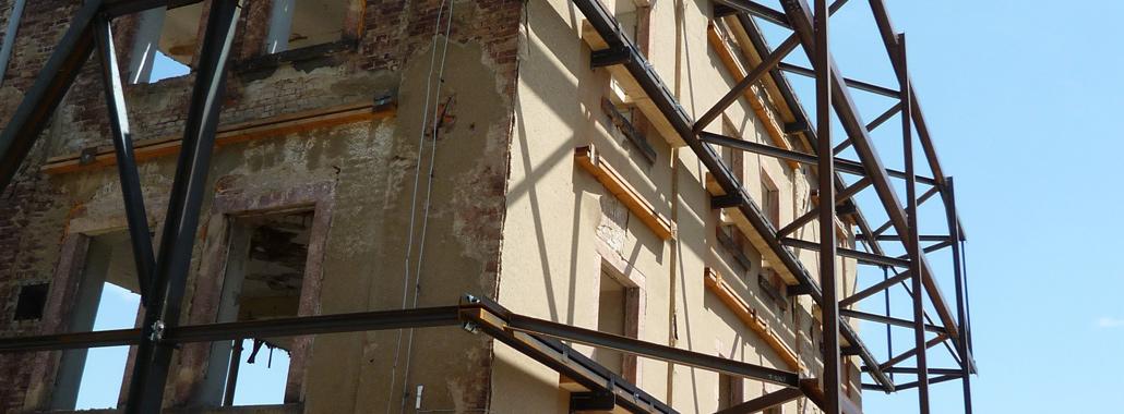 Stahlkonstruktion als Fassadenabstützung für den Umbau einer Textilfabrik zur Grundschule in Hainichen, Gellertstraße