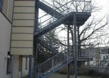 Brandschutztechnische Fluchttreppenkonstruktion mit Gitterrostbelag und Geländer sowie Seitenverkleidungen in Chemnitz