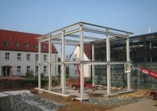 Stahlkonstruktion mit Glasverkleidung und installierten Treppenturm an der VUT Halle Westsächsische Hochschule Zwickau