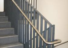 Flachstahl-Treppengeländer mit Edelstahlhandlauf und Füllstäben im Justizzentrum in Chemnitz